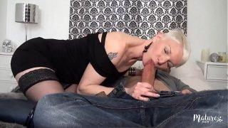 Mia, une mature affamée de sexe, se fait prendre par tous les trous